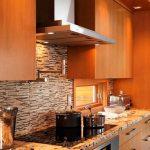 Облицовка с камък на част от стената в кухнята