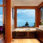 В просторната баня е поставена и вана