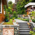 Различни видове цветя и растения покрай стълбището