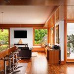 От кухнята има изглед към вътрешния двор