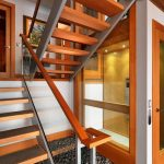 Вътрешна стълба, в чиято основа са подредени речни камъчета за декорация