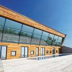 Тройните стъклопакети на остъкляването и суперизолираната обвивка на сградата осигуряват ниски топлинни загуби