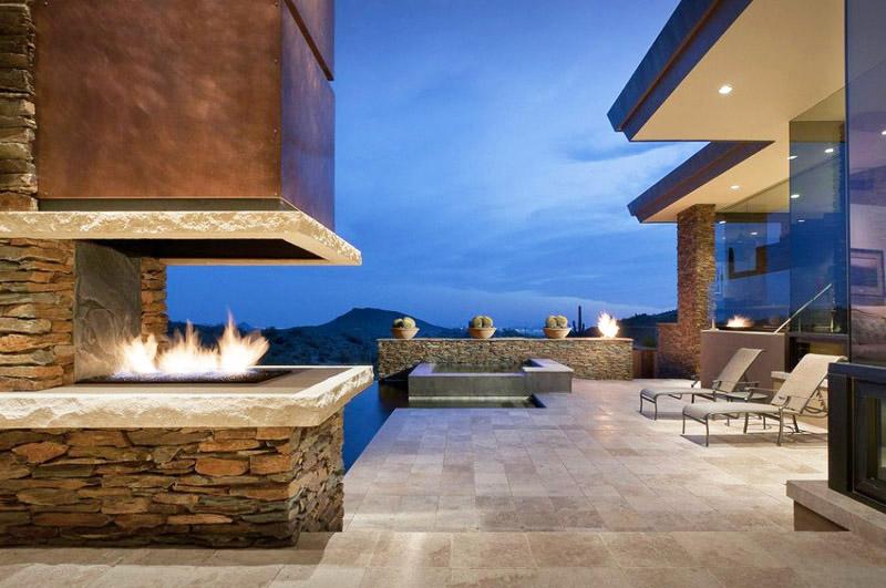 Камина с открито огнище във вътрешния двор