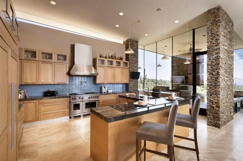 Кухнята е изпълнена от естествено дърво и смели сини акценти
