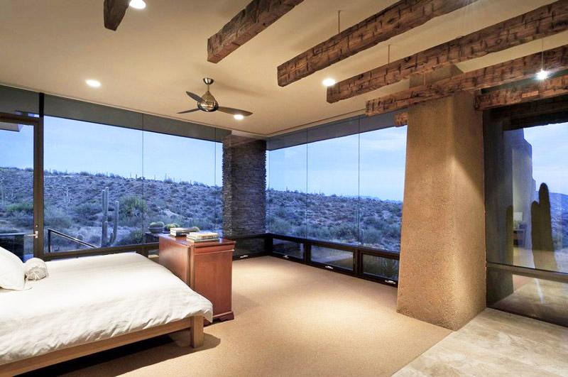 Таванът в спалнята също е декориран с дървени греди