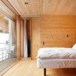 Спалните са с дървена облицовка и големи панорамни прозорци