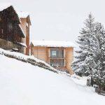 Къщите впечатляват със силното си вертикално присъствие на общия фон на планинския пейзаж