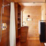 Дърво е използвано и за вътрешното оформление на баните