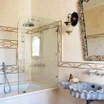 Модерен елемент е стъкления параван в банята