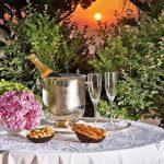 Звездно небе, луна, шампанско, романтика - трябва ли му още нещо на човек?