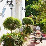 Почти всяко помещение е с връзка към градината или вътрешния двор