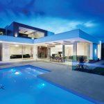Впечатляващото архитектурно решение на сградата се вижда само от вътрешния двор