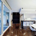 Кухнята и трапезарията имат визуална връзка с вътрешния двор