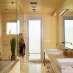 Банята е с двойна мивка и вана