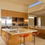 Кухнята е оборудвана с кухненски остров с бар-плот и високи столчета