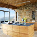 Кухнята е с вградени уреди, а декоративната ниша на стената е предназначена за различни кухненски аксесоари