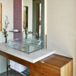 Дърво и стъкло в модерното обзавеждане на банята