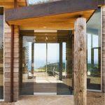 Дървени колони внасят рустикален привкус на интериора