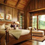 Спалнята е с дървени облицовки по стените