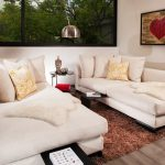 Бяла мека мебел в единия от кътовете за отдих