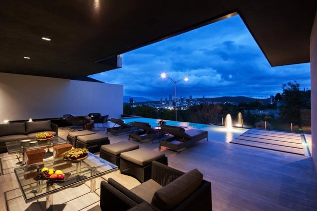 Модерна къща с атрактивна архитектура в Мексико