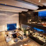 Домашният офис има директна визуална връзка с дневната чрез панорамен вътрешен прозорец