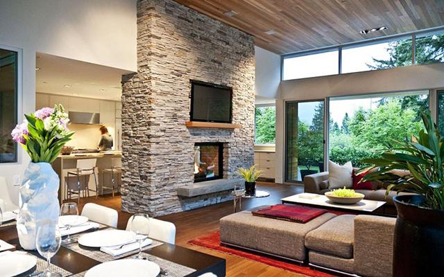 Голяма камина краси дневната