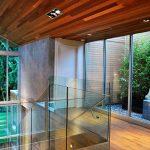 Стълбище със стъклен парапет