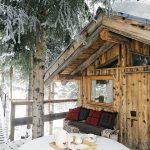 Дървена къща в гората насред планината