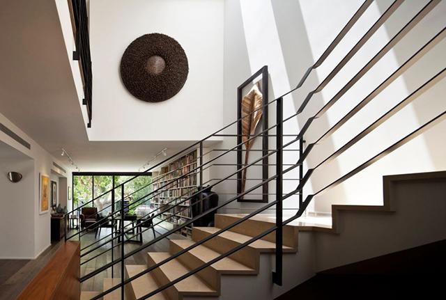 Стълбището е с интересни парапети