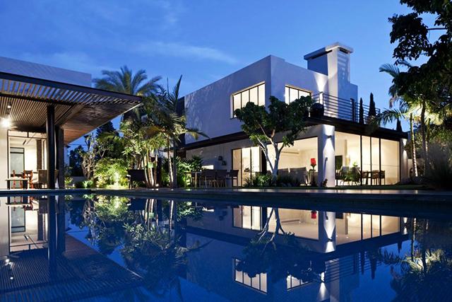 Двете къщи в един двор