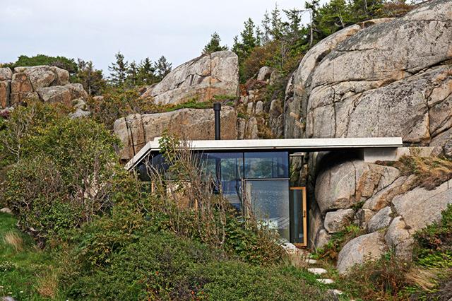 Модерна вила сред скалите