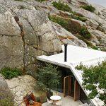 Скатният покрив изглежда като естествено продължение на скалите...