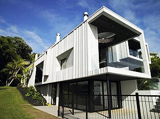 Къща от бетон с изглед към океана