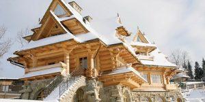 Къща като дворец от дърво в планината