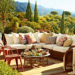 Възглавнички с пъстри ориенталски мотиви в градината