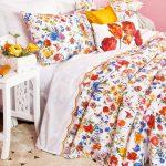 Цветя украсяват декоративните възглавнички в спалнята