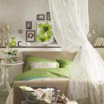 Бяла полица на стената зад леглото