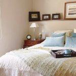 Дървен рафт на стената над леглото