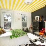 Слънчеви жълто-бели ивици на тавана в спалнята