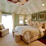 В тази спалня райетата кореспондират на основното оцветяване на стените