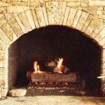 Камък край камина с открито огнище
