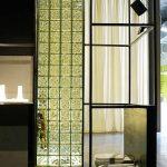 Преграда от стъклени тухли в банята