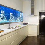 На стената в кухнята