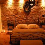 Декорация с тухлички в спалнята