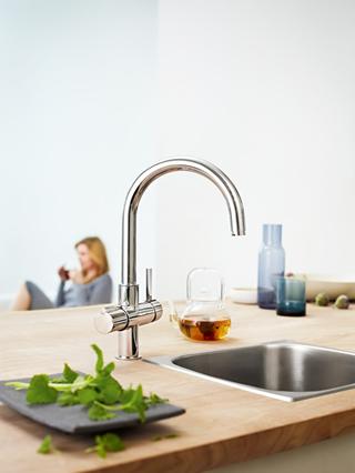 """""""Воден бар"""" за свръхмодерната кухня от GROHE в шоу рума на Jessica"""