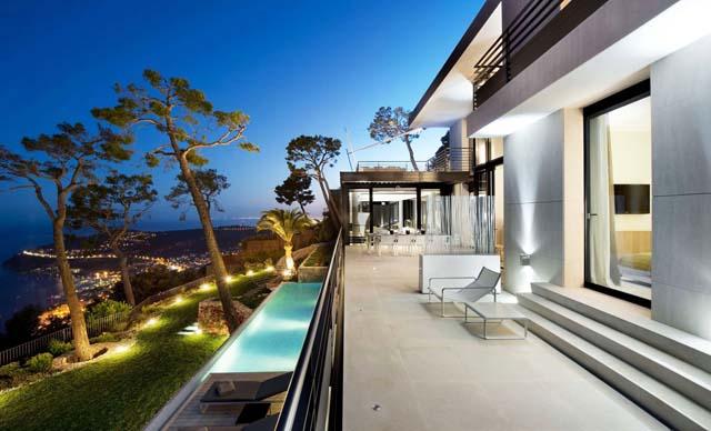 Архитектурно великолепие на хълма край залива...