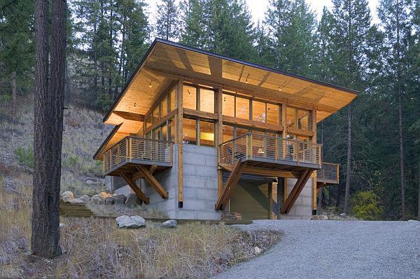 Дървена къща в гората