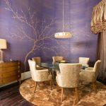 лилавото хармонично партнира с цвета на естествено дърво и ратан