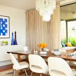 маса от естествено дърво и бели столове